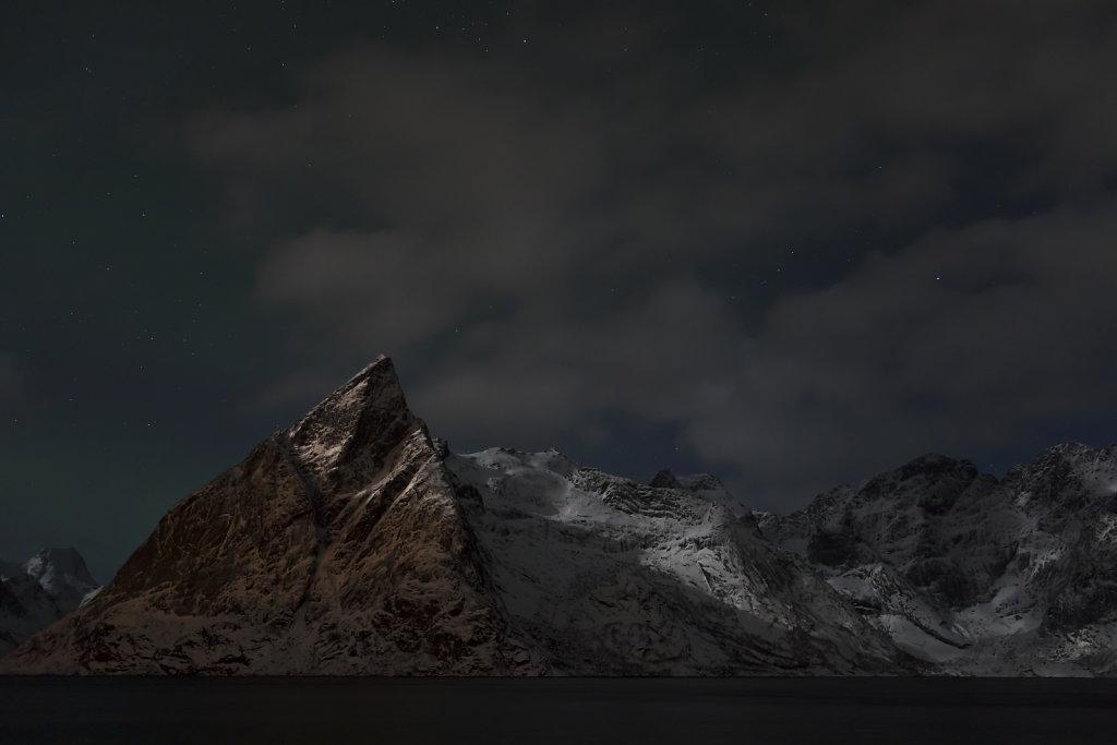 Lofoten-Bergpanorama bei Nacht
