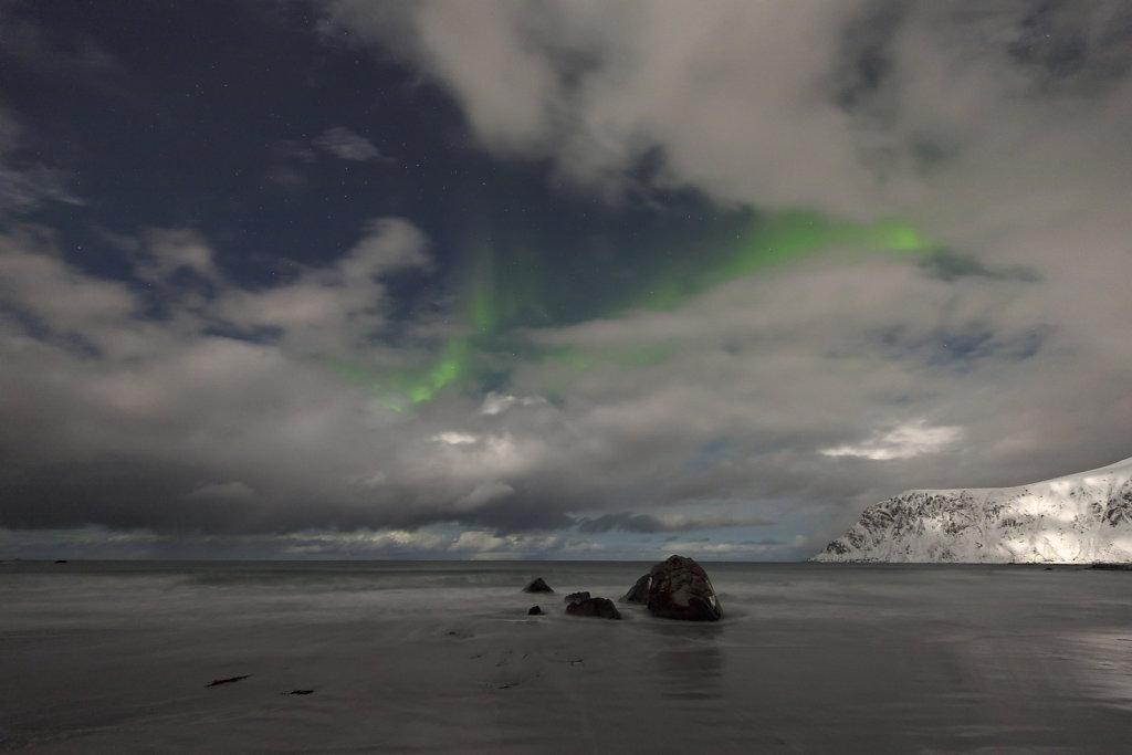 Zartes Polarlicht am Strand von Flakstad