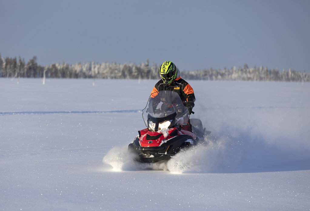 Schneemobil-Ausfahrt im Neuschnee (Guide Jani)