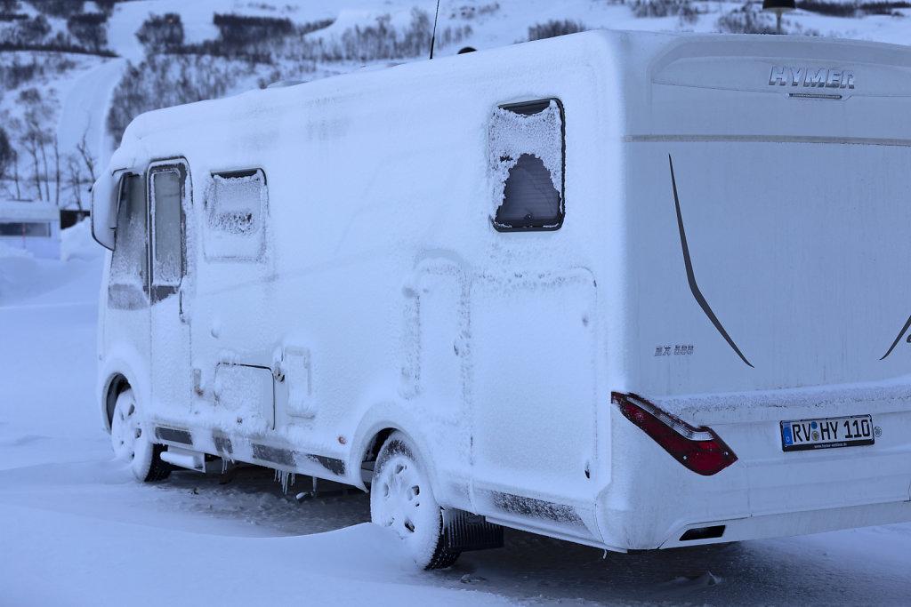 Eisverkrustetes Wohnmobil nach einem extremen Eissturm