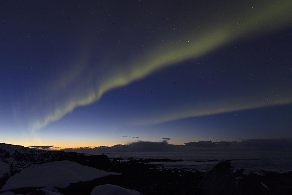 Die Dämmerungsphase war noch in vollem Gange, als sich schon das Nordlicht zeigte.