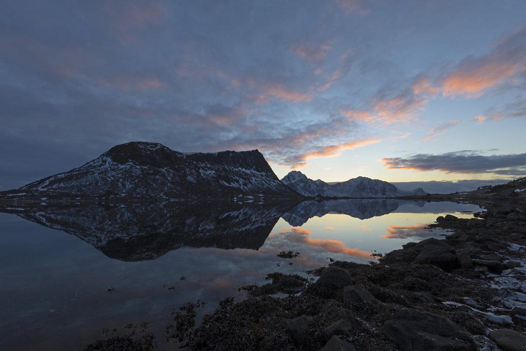 Windstille auf den Lofoten bei Sonnenuntergang